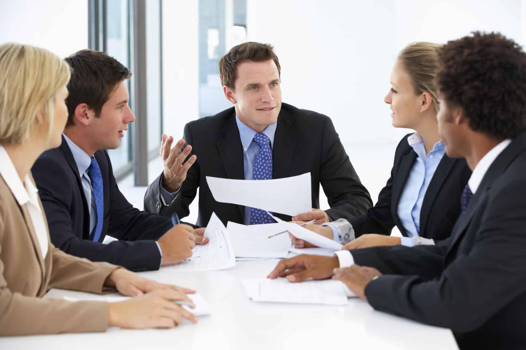 Une réunion de travail sur un projet d'investissement